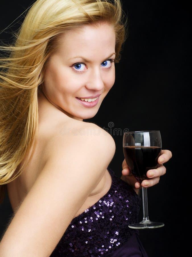 красивейшая женщина вина удерживания стоковое изображение rf