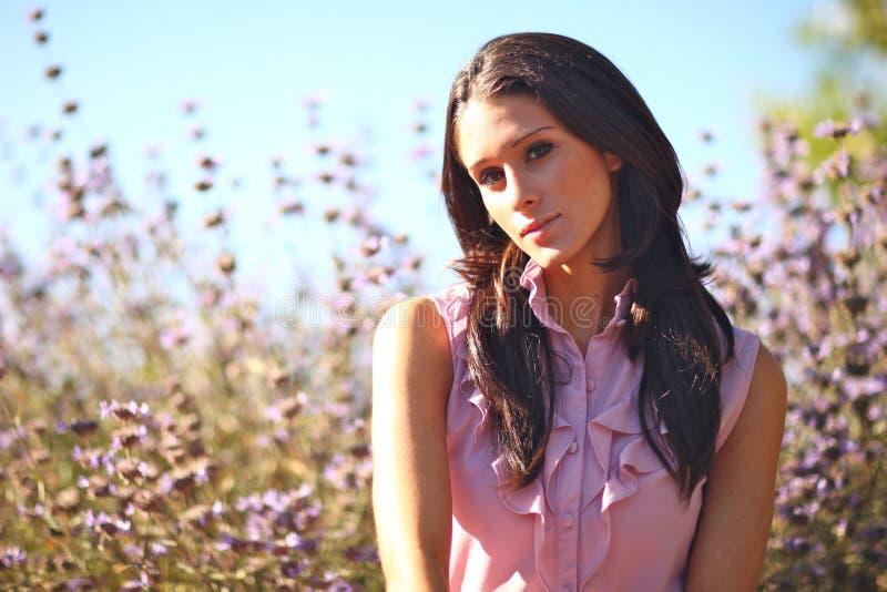красивейшая женщина временени поля стоковая фотография