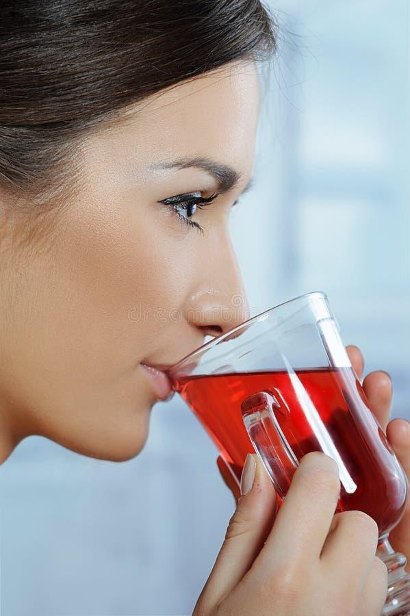 Красивейшая женщина выпивая здоровый горячий чай стоковое фото rf