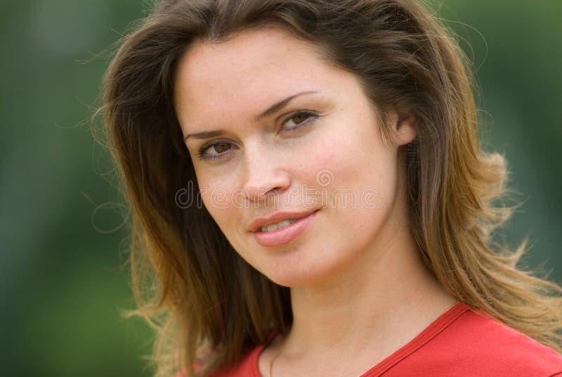 Красивейшая женщина в красной тенниске стоковое изображение