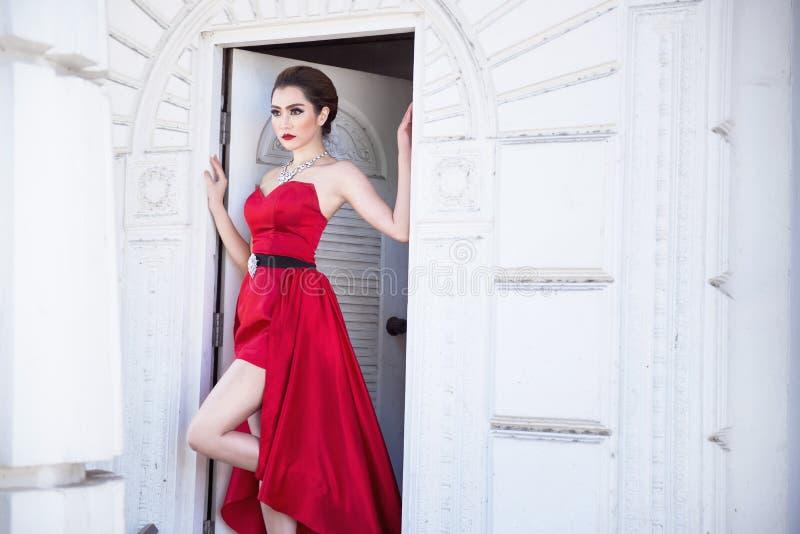Красивейшая женщина в красном платье стоковые изображения rf