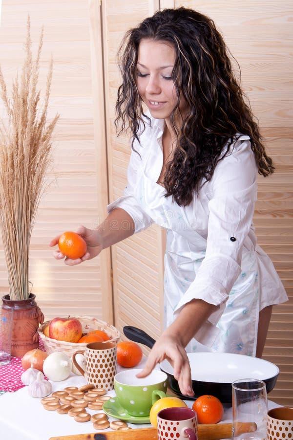 Красивейшая женщина в кухне делая завтрак стоковое изображение rf