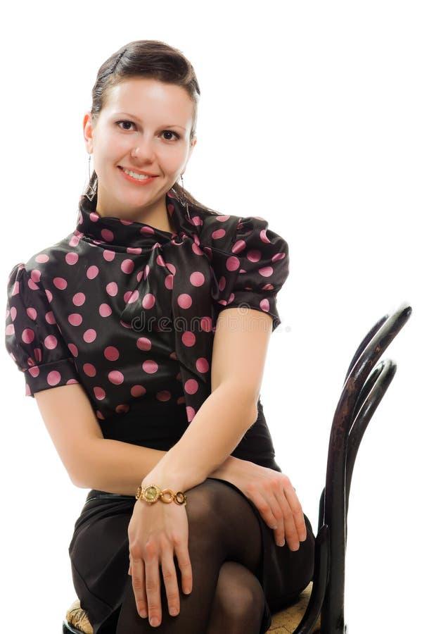 Красивейшая женщина в ретро типе сидя на стуле стоковое изображение