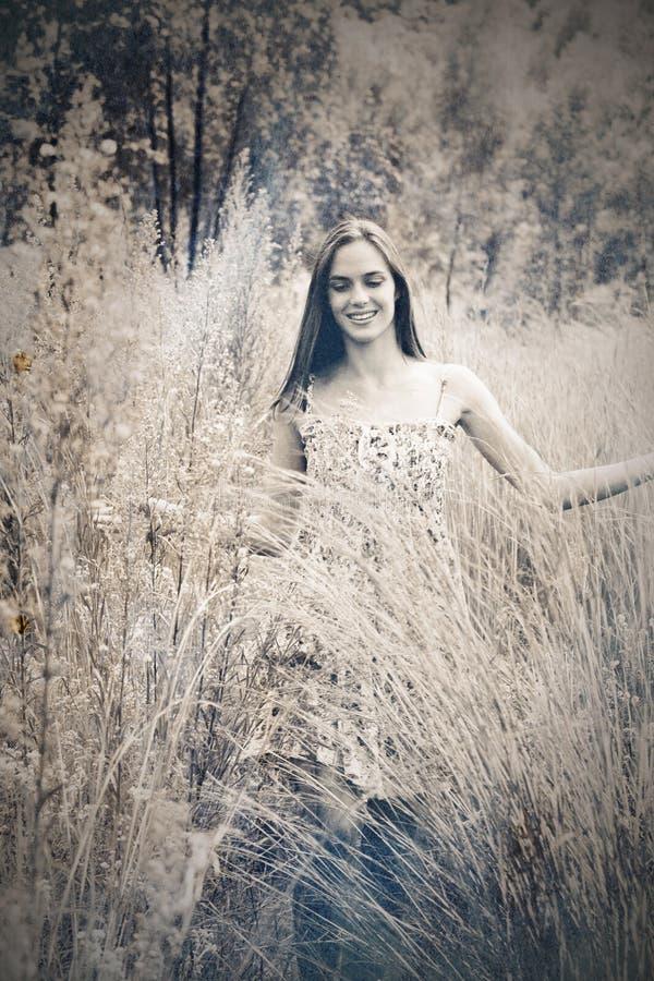Красивейшая женщина в траве иллюстрация вектора