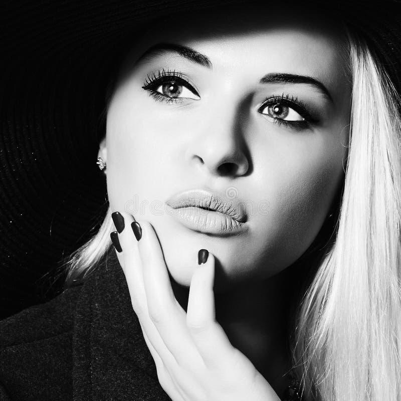 Красивейшая женщина в шлеме Покупки красоты Girl monochrome стоковое изображение rf