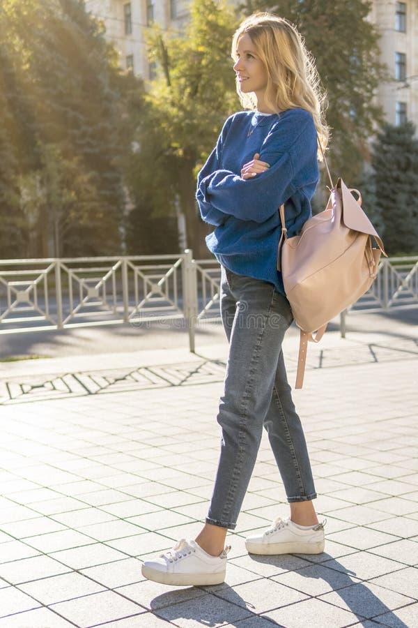 Красивейшая женщина гуляя в город стоковая фотография