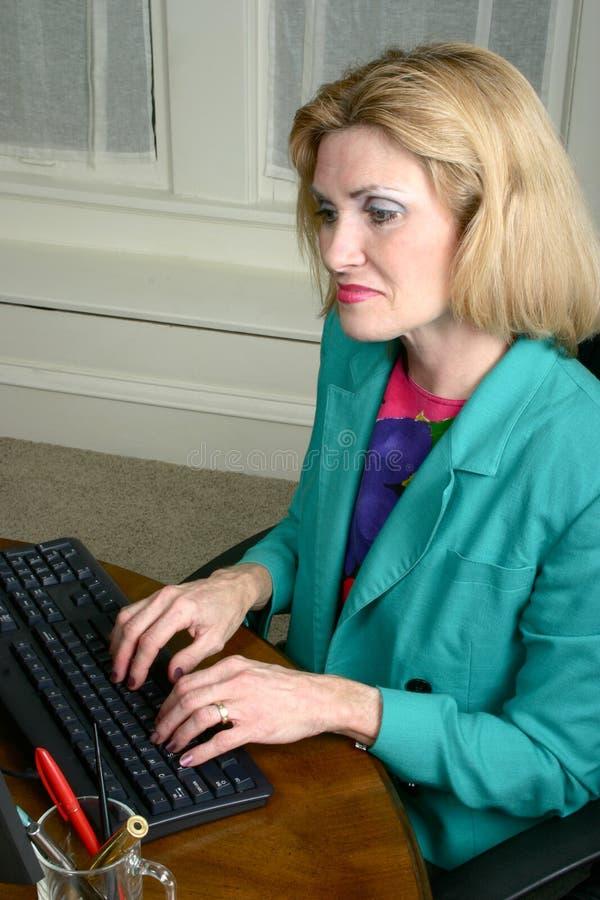 Красивейшая женщина дела печатая на машинке на компьютере стоковые изображения rf