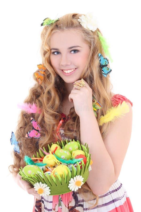 Красивейшая женщина держа корзину с пасхальными яйцами стоковые фото