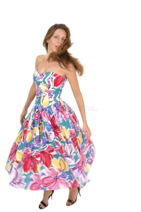 Красивейшая женщина закручивая в цветастое платье 2 стоковое изображение