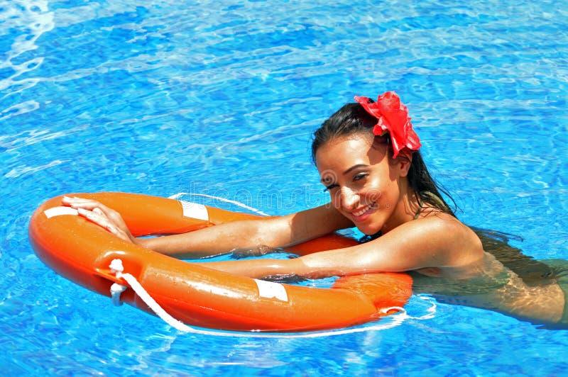 красивейшая женщина заплывания бассеина брюнет стоковые изображения rf