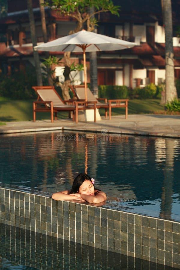 красивейшая женщина заплывания бассеина стоковые фотографии rf