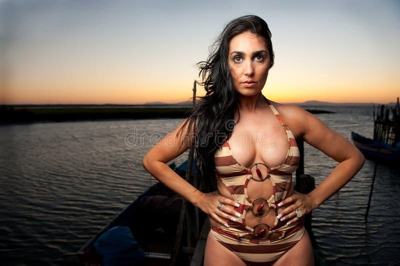 красивейшая женщина захода солнца гавани стоковая фотография rf