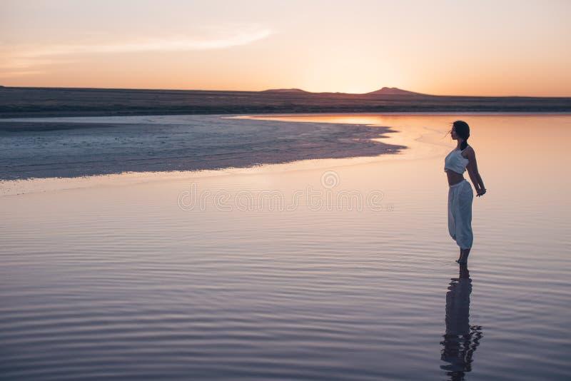 красивейшая женщина захода солнца стоковое фото