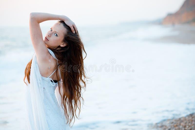 красивейшая женщина захода солнца стоковая фотография rf