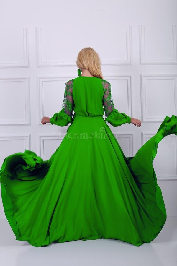 красивейшая женщина зеленого цвета платья стоковые изображения