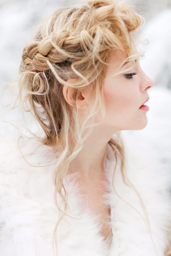 красивейшая женщина зимы парка стоковые изображения rf