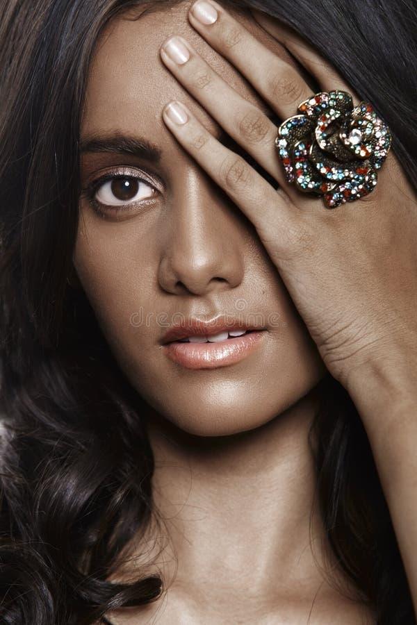 красивейшая женщина кольца цветка стоковые фото