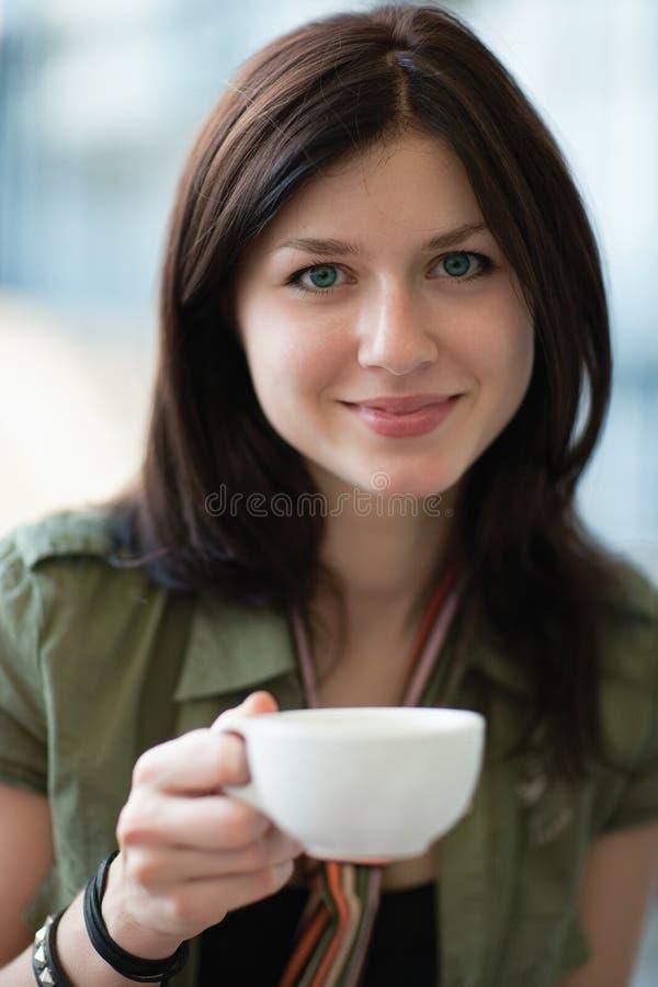 красивейшая женщина кофейной чашки стоковое фото rf