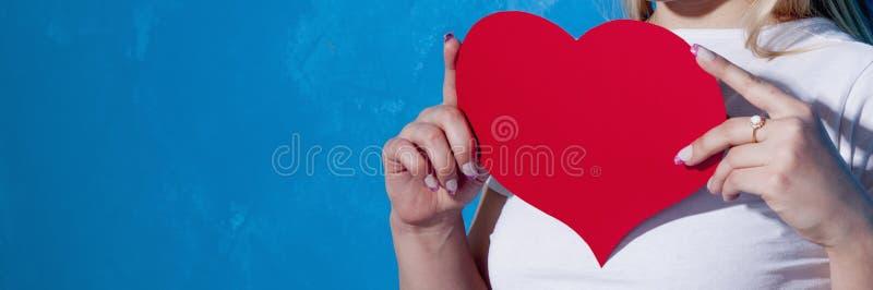 красивейшая женщина красного цвета сердца стоковые фото