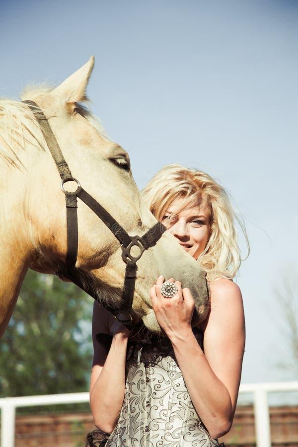 красивейшая женщина лошади стоковое изображение rf