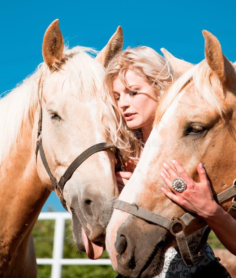 красивейшая женщина лошади стоковая фотография