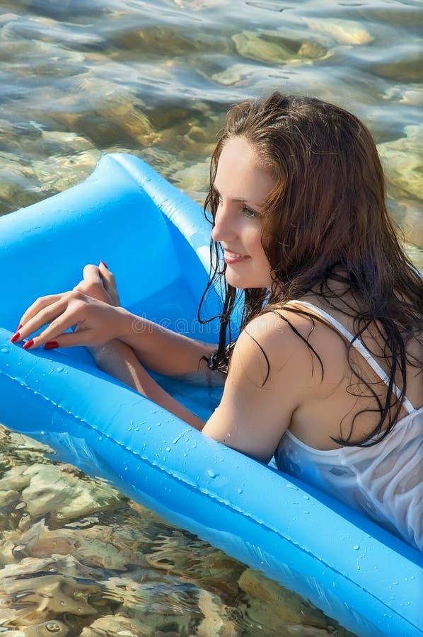 красивейшая женщина моря тюфяка стоковое изображение