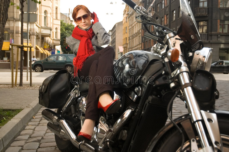 красивейшая женщина мотоцикла стоковые изображения rf