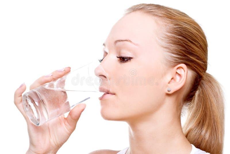 красивейшая женщина питьевой воды стоковое фото