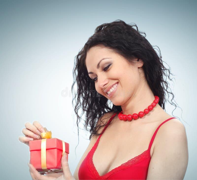 красивейшая женщина подарка коробки стоковые фотографии rf