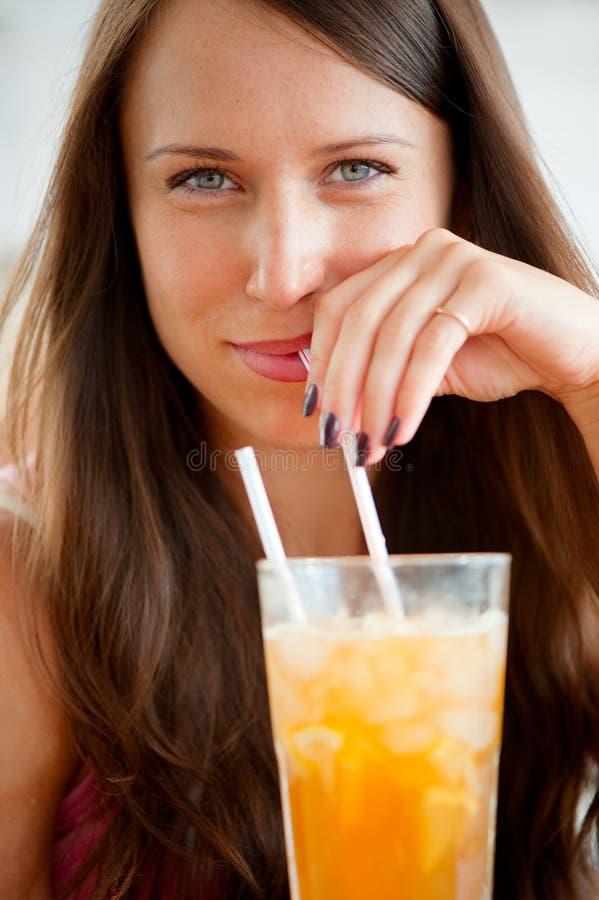 красивейшая женщина портрета коктеила стоковое фото rf