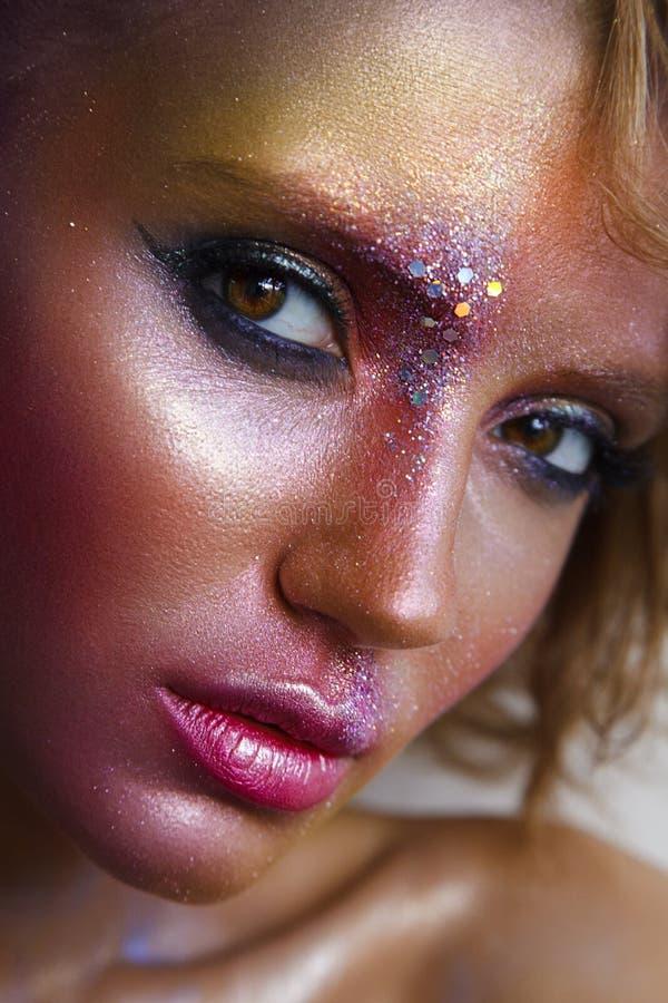 красивейшая женщина портрета способа Творческие красочные wi состава стоковое изображение