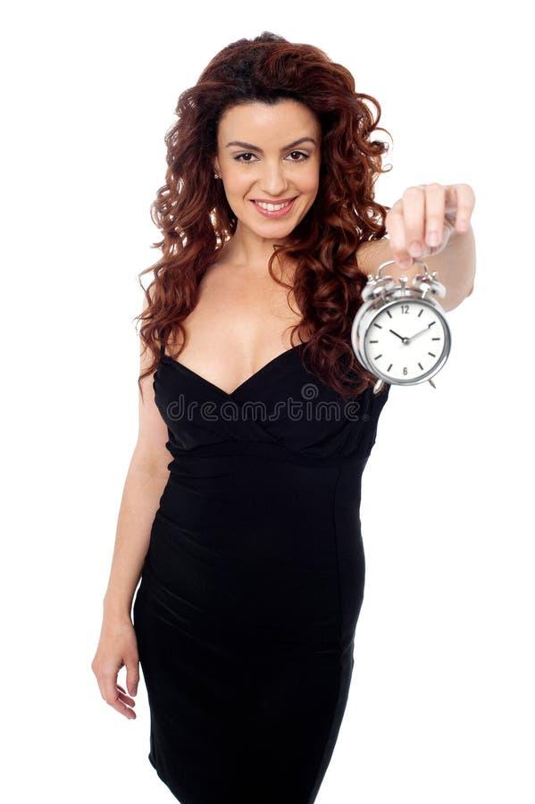 Красивейшая женщина представляя с timepiece стоковые изображения rf