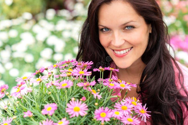 красивейшая женщина пурпура портрета цветков стоковое фото rf