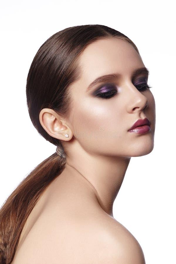 красивейшая женщина состава способа Отпразднуйте макияж глаза стиля закоптелый, посветите коже Яркий взгляд со стилем причесок Po стоковые изображения
