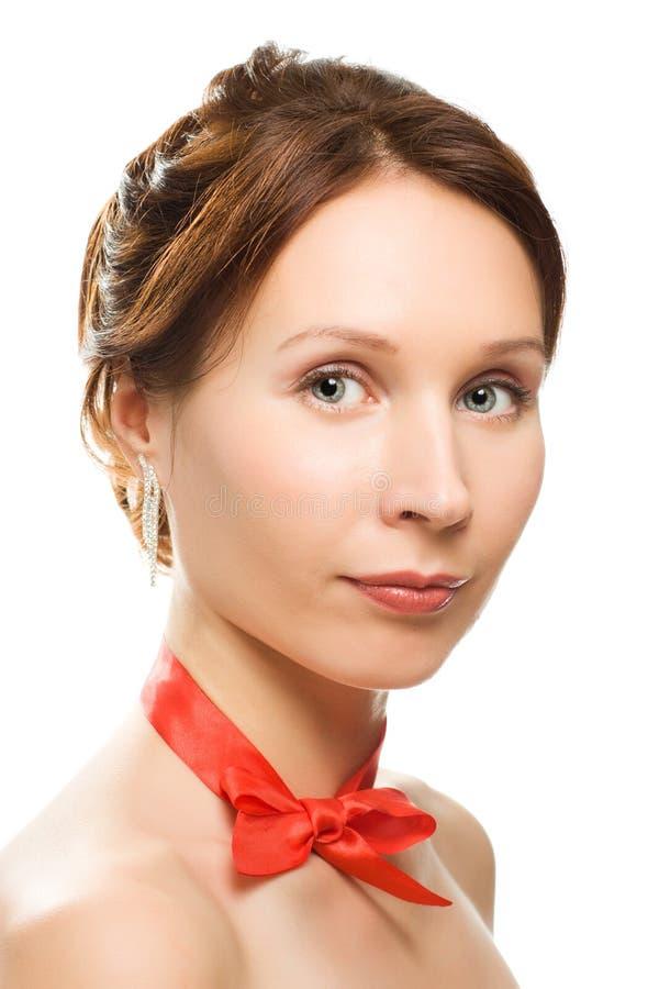 Красивейшая женщина с красным смычком вокруг его шеи стоковые фото