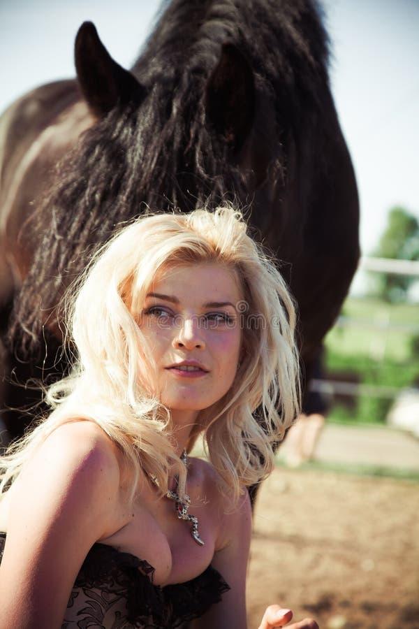 Красивейшая женщина с лошадью стоковое фото rf