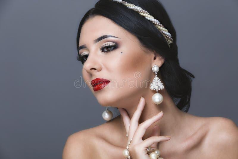 Красивейшая женщина с составом курчавых волос и вечера Ювелирные изделия и стоковое изображение rf