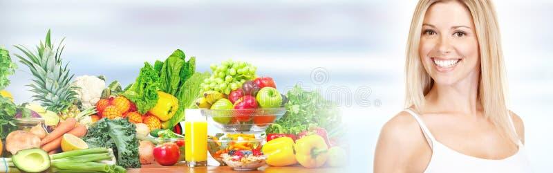 Красивейшая женщина с фруктами и овощами стоковые изображения rf