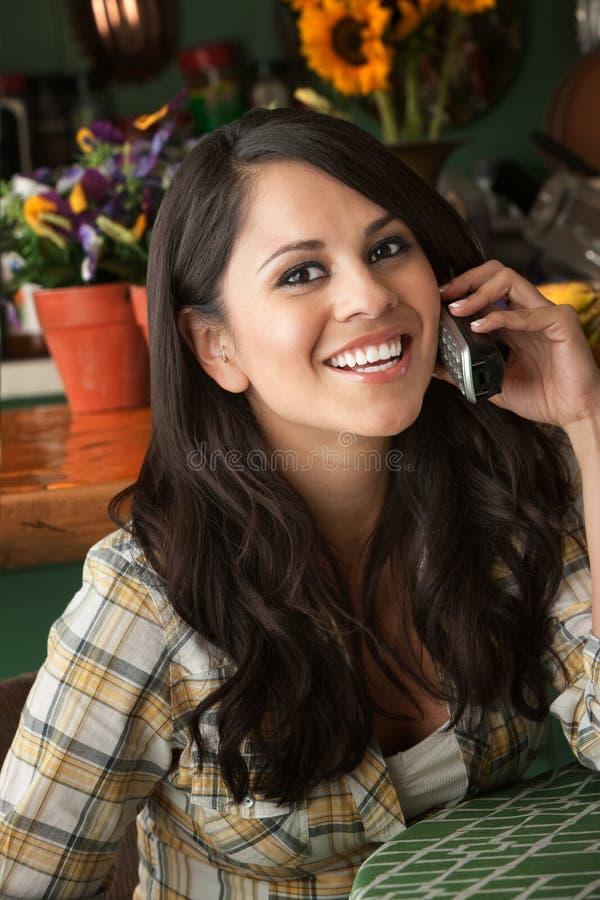красивейшая женщина телефона latina стоковые изображения