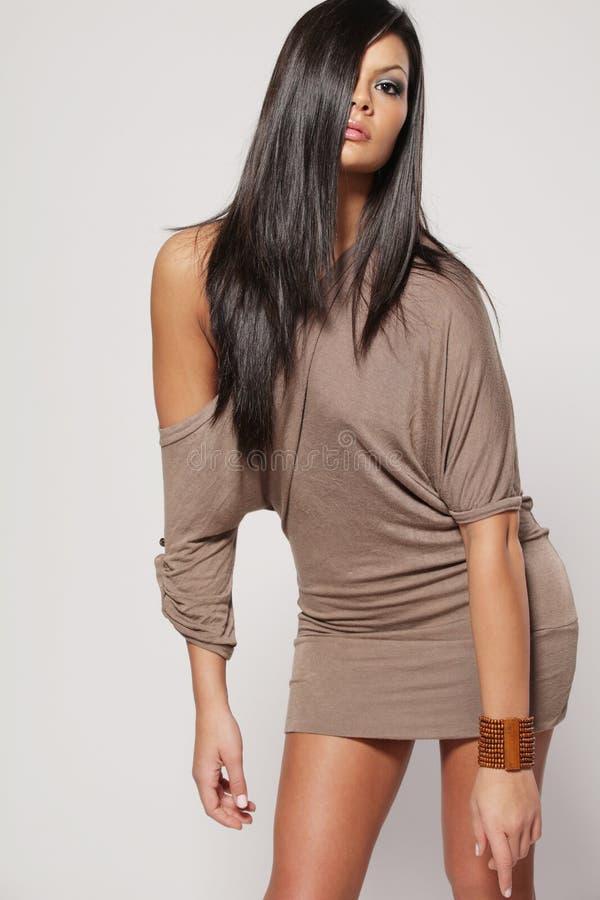 красивейшая женщина темных волос длинняя стоковая фотография rf
