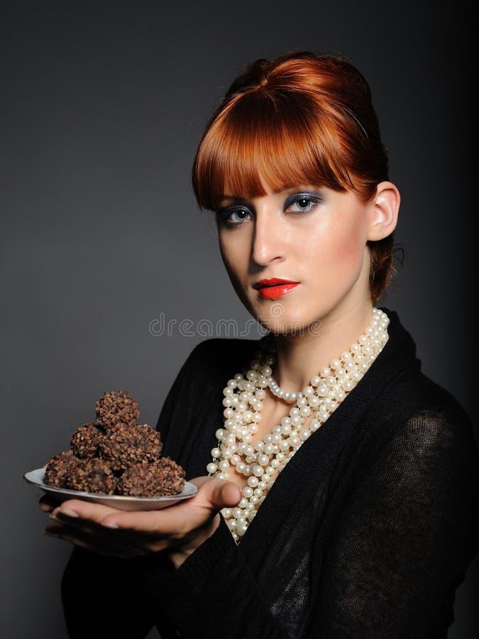красивейшая женщина трюфеля помадок шоколада стоковые фотографии rf