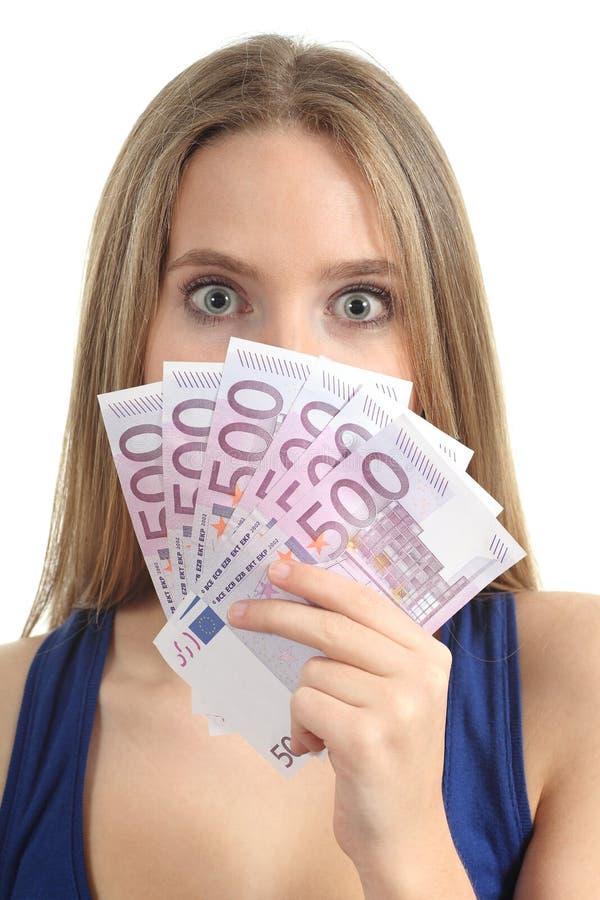 Красивейшая женщина удивленная и придержанная много 500 кредиток евро стоковые фото