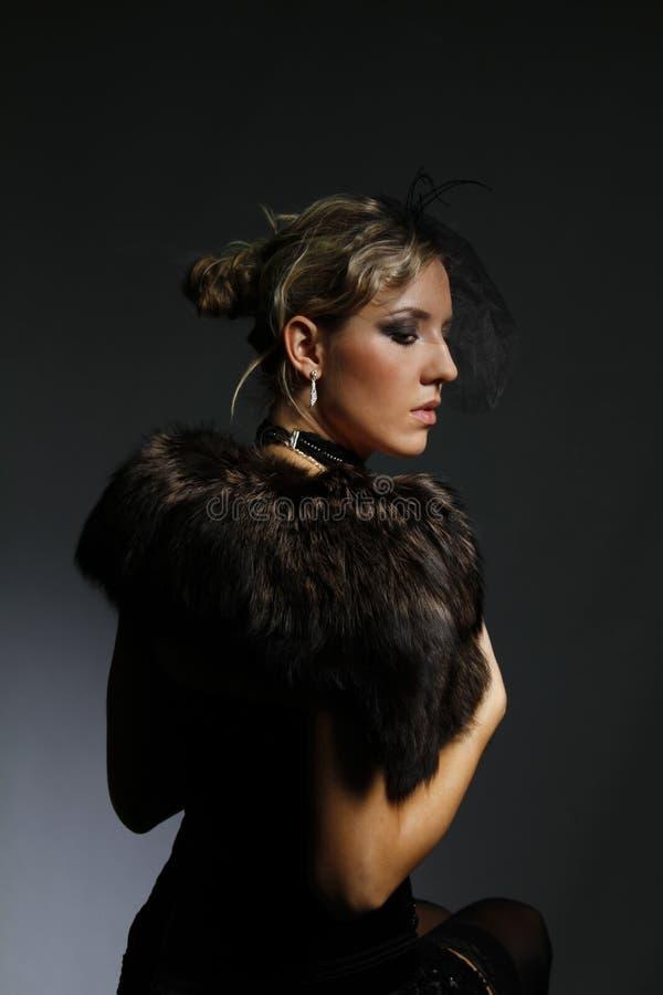 Download красивейшая женщина хламиды шерсти Стоковое Фото - изображение насчитывающей бобра, сексуально: 18397964
