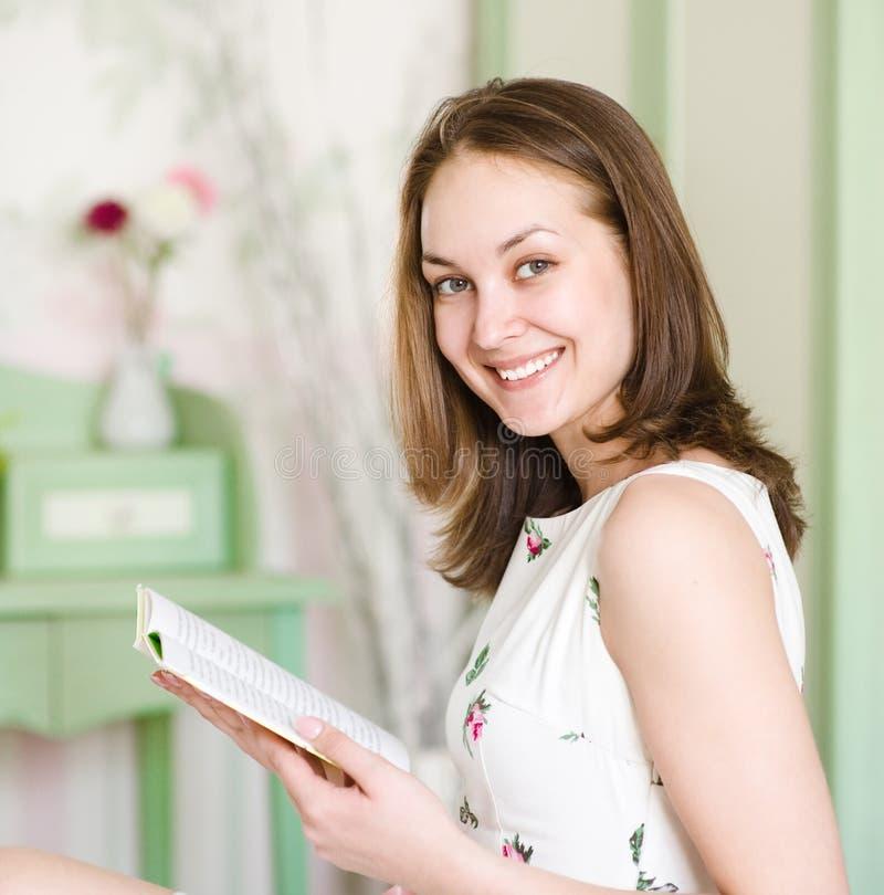красивейшая женщина чтения книги стоковые фото