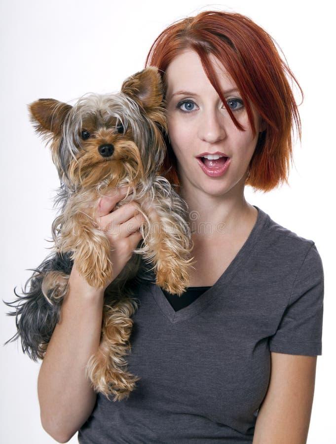 красивейшая женщина redhead любимчика семьи собаки стоковые изображения rf