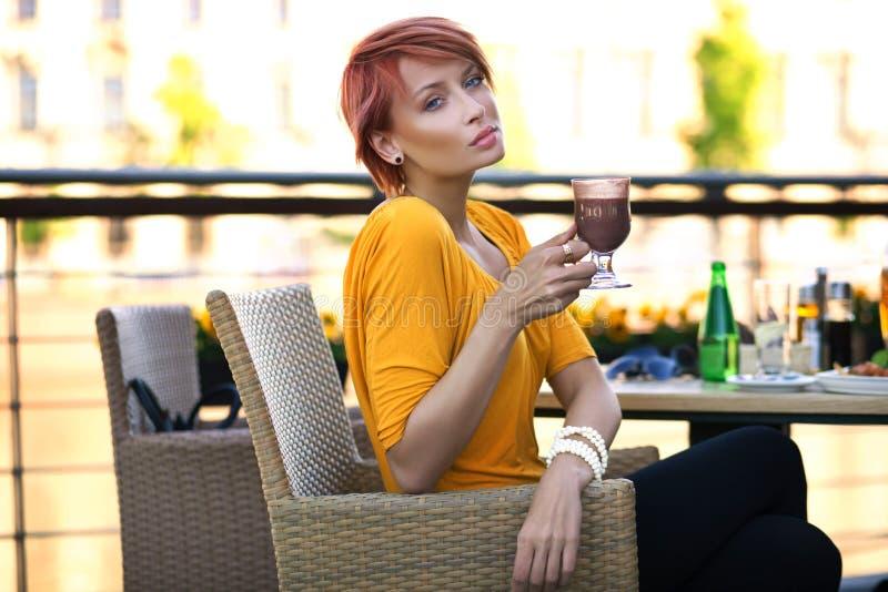 красивейшая женщина redhead стоковое фото rf