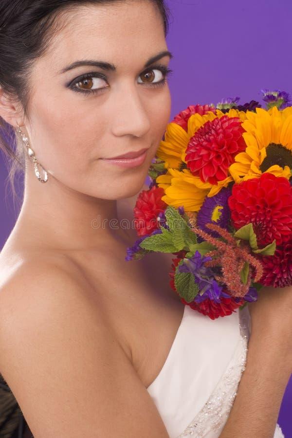 Красивейшая живая женщина в Bridal мантии с цветками стоковые фото
