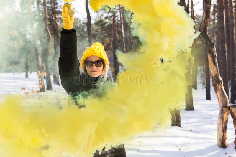 красивейшая зима девушки пущи стоковое изображение