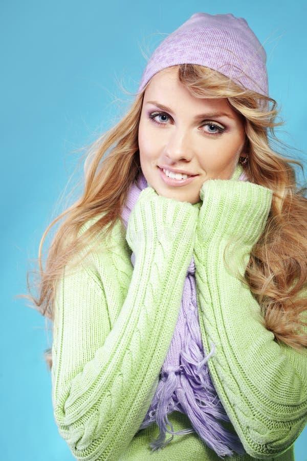 красивейшая зима девушки способа стоковая фотография
