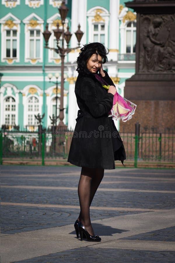 Красивейшая итальянская женщина на старой улице города стоковые изображения rf